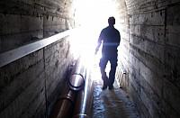 Un_trabajador_en_el_túnel_de_la_presa_de_Santa_María_del_Tiétar_2015__